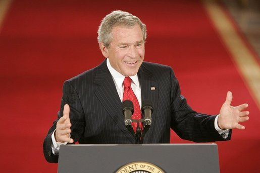 Bush_at_podium_20050428